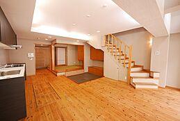 リビングダイニングは折り上げ天井で埋込み式のライトなので縦空間がとても広く、床面積以上の開放感が有ります