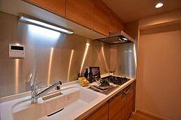3口ガスコンロ、食洗機とグリルのついたシステムキッチンです。
