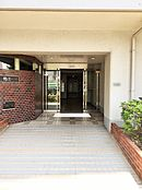 植木の手入れもしっかりとされた、きれい共同玄関がお出迎えしてくれます。