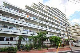 周囲は閑静な住宅街となり、買物施設やコンビニが揃い過ごしやすいマンションとなります。駅距離や立地を鑑みても素敵なマンションです。