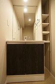 洗面化粧台(新規交換済み)/横には棚を設け、タオルや小物などの収納にも便利です