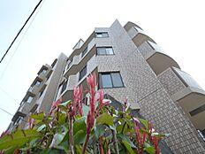 5階建て地下1階建のマンションは重厚感があり、管理人もいるため防犯にも配慮しています。