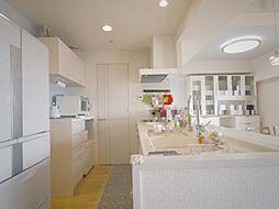 内装リフォーム済(天井・壁クロス貼替え、キッチン交換、造作食器棚設置等)の約3.8帖のキッチン