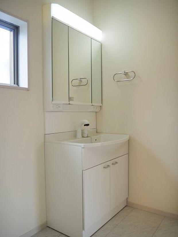 シャンプードレッサー 下段には無駄なくたっぷり収納できるタイプです!  ゆったり使える陶器型大型洗面器。つけ置き洗いにも便利です。 小窓付きの明るい洗面所です♪同社施工物件になります。