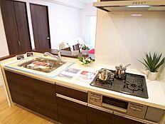 リビングを見渡すことができるカウンターキッチン。小さなお子様がいても安心して調理ができます。