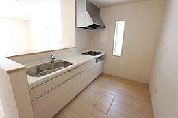 大型の引き出しと床下収納庫があり、散らかりがちなキッチンがスッキリ片付きます。