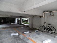 駐車場、共有部分。  平日、土日、祝日問わずご見学可能です。当日のご見学はお気軽にお問合わせください。