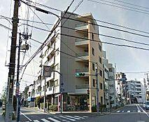 西武池袋線「富士見台」駅より徒歩3分の立地、駅からは商店街を抜けるとすぐエントランスに到着。