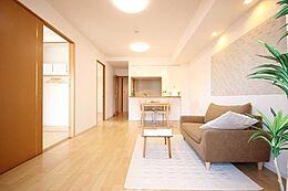 広く幅のあるリビング・ダイニングは窓から十分な光が入り、明るく居心地の良い居住空間です。角住戸で余裕のあるライフスタイルで、快適にお過ごし頂ける素敵なマンション。