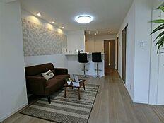 LDK10.3 帖/写真左の壁には湿度コントロールと匂い・有害物質吸着に優れた「エコカラット」が使用