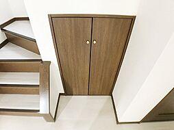 階段下に大容量の収納付。掃除用具などの収納に便利ですね。