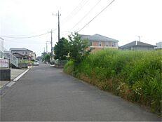 南東側接道より南西方向を撮影