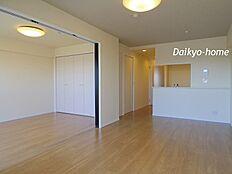 LDK12.92帖。6帖超の洋室と続き間になっておりますので開放感がございます。
