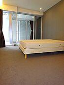 寝室はホテルライクなカーペット仕様
