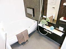 浴室にはテレビがあります テレビを見ながら、体を温めて休息をしてみてはいかがですか。