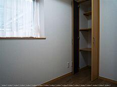 玄関入って左の洋室には物入れを設置しました