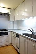 独立タイプのコの字型システムキッチン、食洗機・浄水器付
