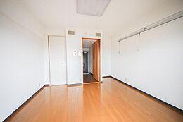 白い壁がまぶしい明るい洋室