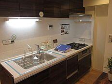3口ガスコンロのシステムキッチンです。食器洗浄機があります。