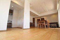家族が集まり、語らい、寛ぐ場所、それがリビングルームです。ログマンションでは、住まいの中心となるリビングスペースをできる限り充分に取ると共に、窓からの採光を生かす造りです。