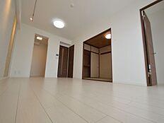 決して大きいとは言えないリビングですが、和室と隣接しているため間取り以上に広さを感じます。