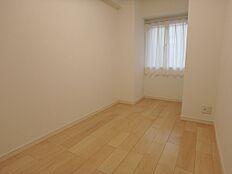 玄関入って右側の洋室。淡い色で優しい印象のお部屋です。