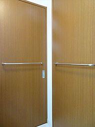 洗面室の扉には、バーが設置してあるのでバスタオルやマットを掛けられて便利です。(2018年9月14日撮影)