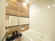 浴室乾燥機付きの浴室。ミラーもオシャレに設置。