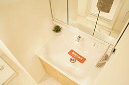 三面鏡を採用した洗面台です。