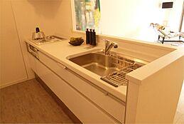 対面式キッチン。シンクの前に吊戸棚もなく、開放的です。