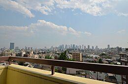 バルコニーからは壮大な景色が広がります新宿新都心等が一望できます。