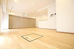 木の色合い質感を活かしたデザインがお部屋を彩ります。本物の木だからこそ感じられる質感や長く使い続けるうちに醸し出される経年変化の風合いはなんともいえぬ味わいとなってお部屋のデザイン性を高めてくれます。