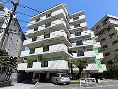 閑静な住宅街に佇む7階建てのマンションです