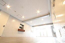 伝統とモダニティが織りなす、建築の美学。住まう人を迎えるに相応しく、管理清掃が行き届いた共用部。