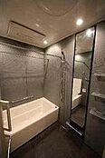 人に優しい低床設計のバス