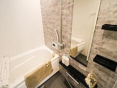 追焚付の快適バスルーム、キッチンには自動追焚きスイッチがあり、いつでも温かい湯船に浸かれます