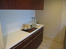 キッチンの裏には収納豊富な食器収納がございます。