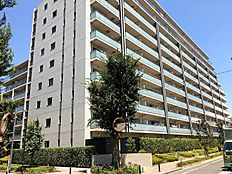 南向き住戸が中心で、西向き住戸もございますが、どちらも前面が道路のため開放的なマンションです