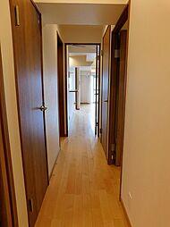 廊下。玄関からリビングまでストレートに繋がっています。
