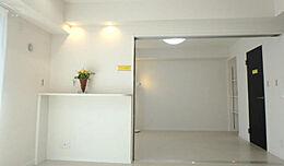 白を基調にした明るい洋室です