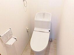 リフォーム済温水洗浄便座付きトイレを新設しました。壁・天井はクロス張替え、床は水に強いクッションフロアを張りました。照明も交換し、清潔感のあるトイレになりました。