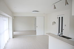 全面リフォーム済の室内ホワイトの内装のため、室内は明るいです