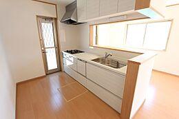 便利な勝手口と床下収納庫がございます。