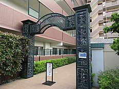 人々を出迎える、堂々とした門。