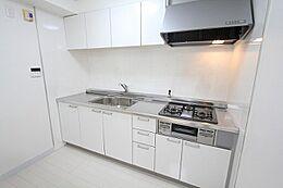 白を基調にした明るいキッチン。キッチン小物が鮮やかに映えます。