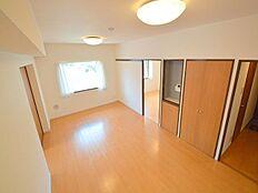 家具が配置しやすい縦長リビングとなっています。LDKで約13.1帖の広さとなります。