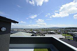 「庭以上のメリットと感動」を創りだそうと考えたのが屋上庭園。屋上に立った時に視界を遮るほどの高さのものはほとんどありません。