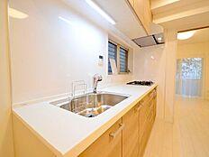 キッチンは新品に交換。収納が豊富にあり綺麗に整理整頓ができます。