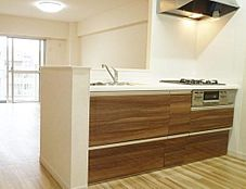オープンキッチンで家事をしながらリビングの様子を伺えます