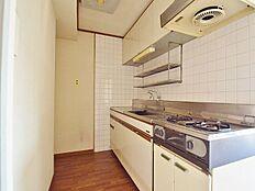 2口コンロのキッチンは手元灯もありますので使いやすく、家事が捗ります